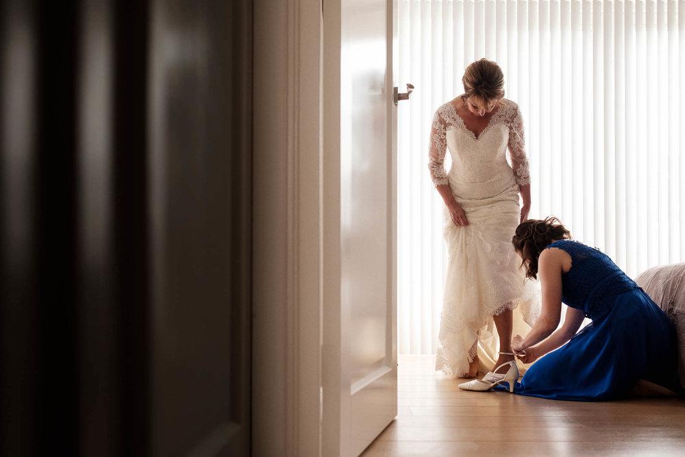 voorbereiding bruid met haar dochter peter geluk