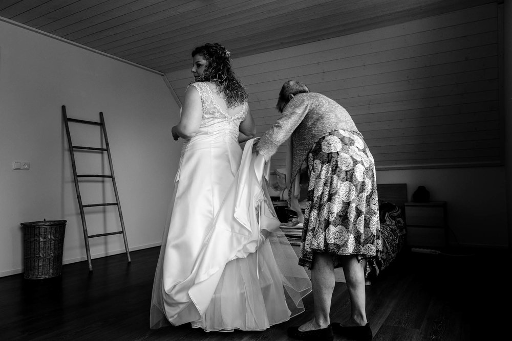 Aankleden bruid moeder Haper