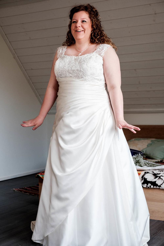 Blijde bruid aangekleed door moeder Hapert