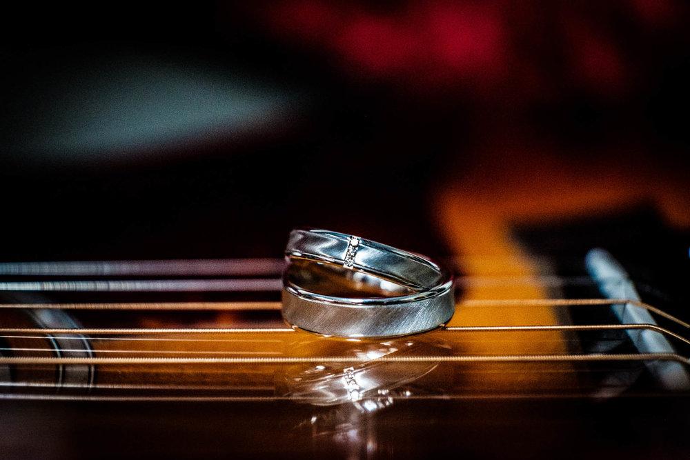 Gitaar trouwringen detailfoto