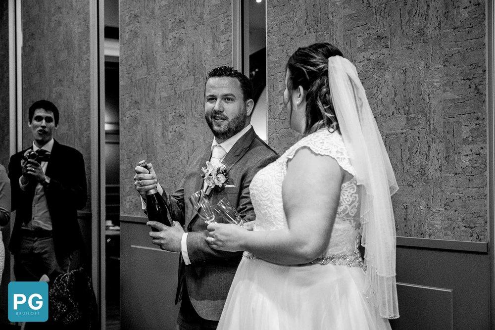 Ceremonieele handelingen bij huwelijk champagne laten knallen