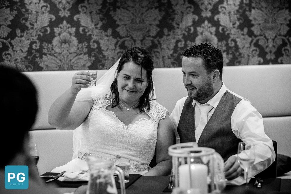 Toost met een kopstootje op de bruiloft