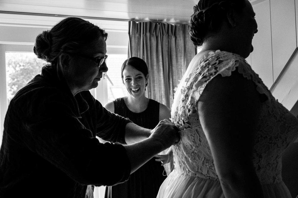 bruid moeder en zus in 1 kamer