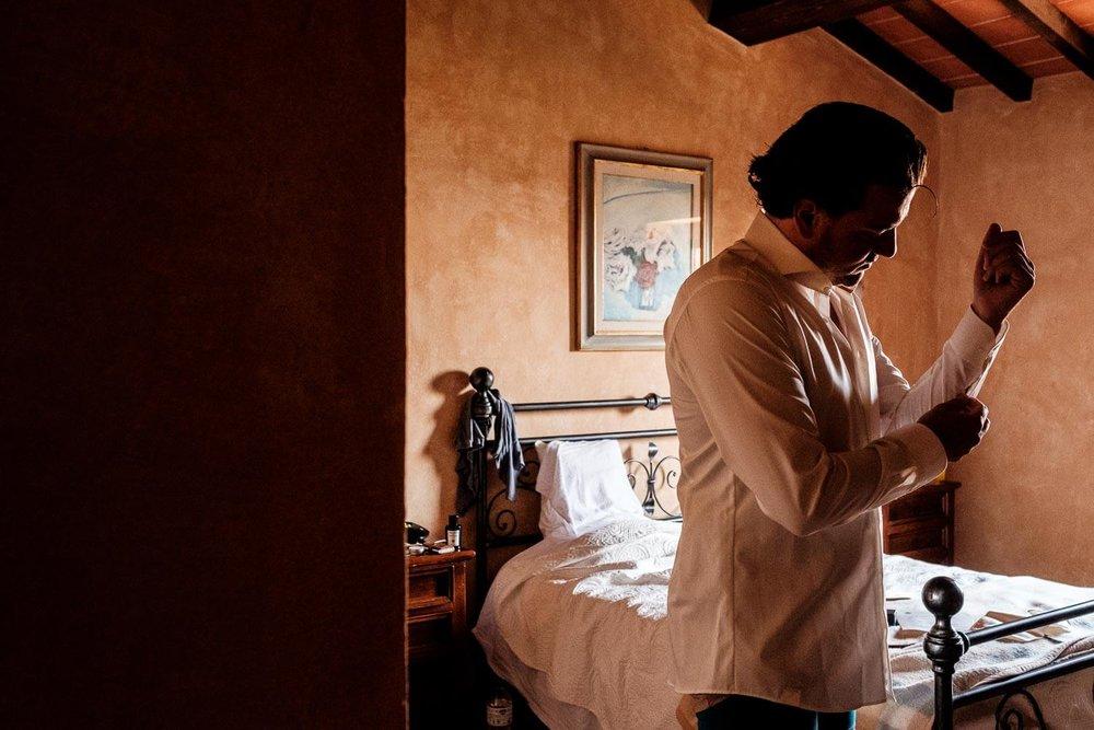 Bruidsfotograaf Toscane Italië aankleden bruidegom