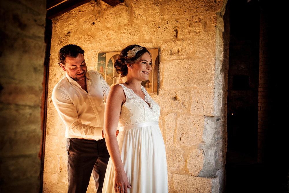 Bruidsfotograaf Toscane Italië aankleden bruid