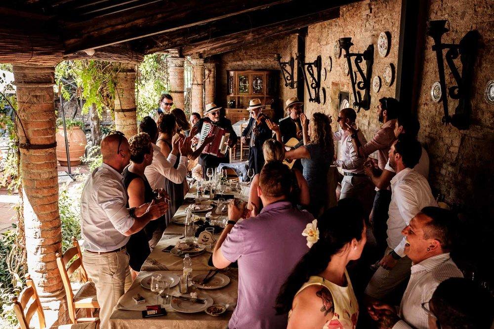 Bruidsfotograaf Toscane Italië dansen en zingen