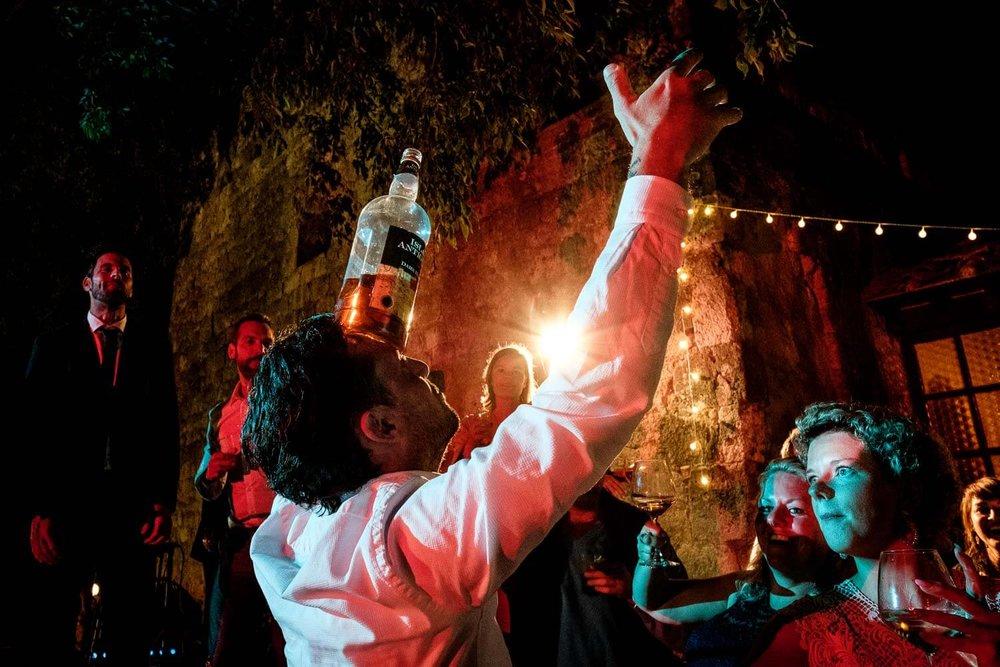 Bruidsfotograaf Toscane Italië drankfles op hoofd