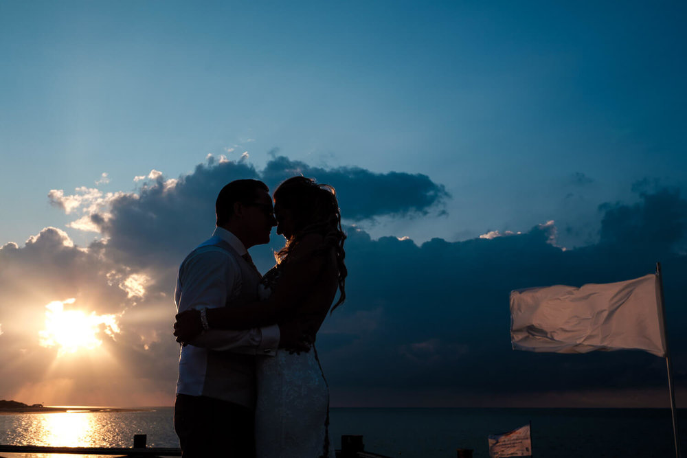 Beach wedding geluk zonsondergang