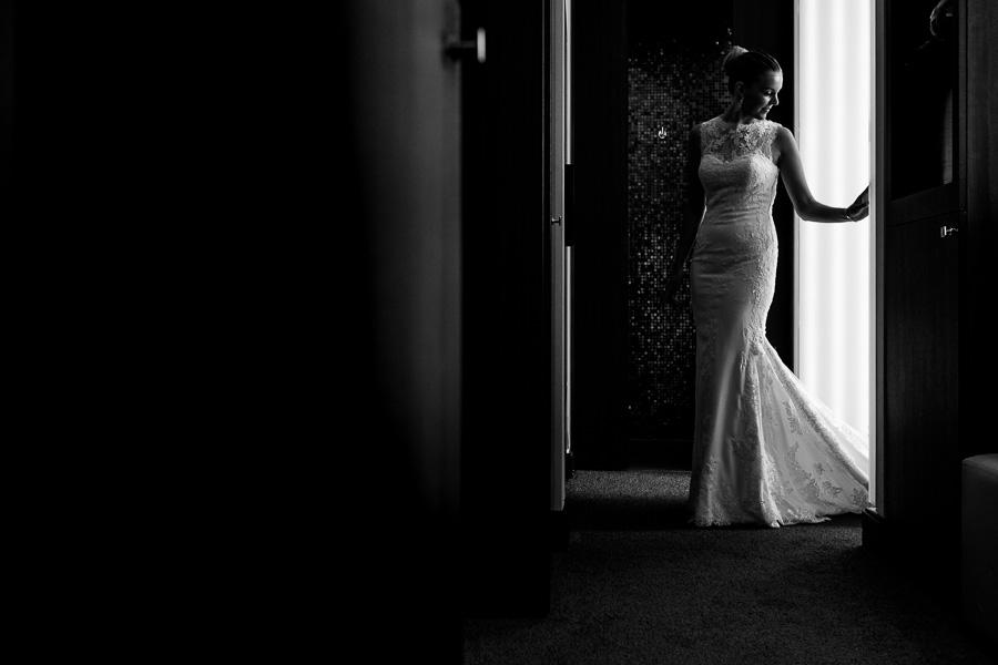 Ontspannen en journalistieke trouwfotografie in de bruidssuite van The Grand in Amsterdam