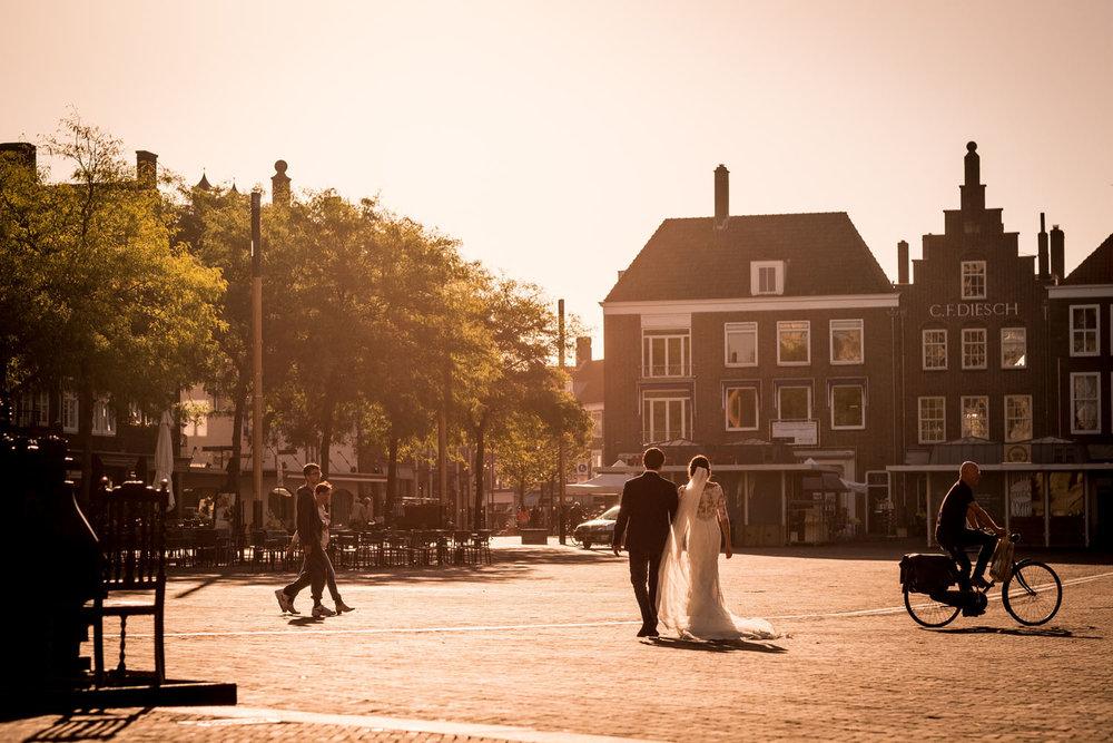 De zonovergoten markt van Middelburg tijdens de bruidsshoot.jpg
