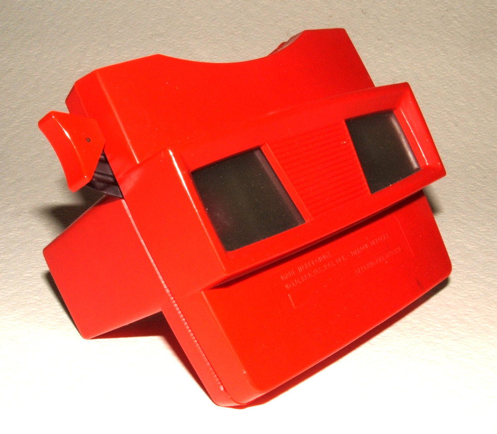 By ThePassenger [CC BY-SA 3.0 (https://creativecommons.org/licenses/by-sa/3.0)], from Wikimedia Commons  View-Master device circa 1962