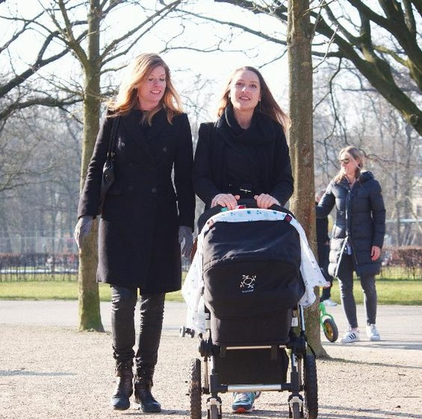 Strolling around the Vondelpark and noticing Autumn is right around the corner.. 🍁 Get your swaddleclipp today and protect your baby against the weather 💕⠀⠀⠀ ⠀⠀⠀ #SwaddleClipp #colors #mixandmatch #newborn #stroller #autumn #weather #mom #newmom #baby #momlife #babyshowergift #babyshower #clipp #momblogger #kinderwagen #design #handy #motherhoodtips #ohheymama #happymommy #wewillholdonforyou