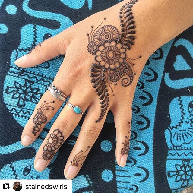 Wrapping up our vendors spotlights today! First up is @stainedswirls henna! Her work is absolutely flawless! ✨😻