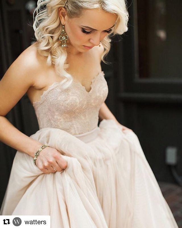 Non vuoi un'abito bianco? La tonalità rose gold è perfetta per chi vuole cambiare ma senza uscire troppo dal tradizionale. 😉🙌🏼 ・・・ #Repost @watters ・・・ Our glam bride in the #rosegold Carina corset and Ahsan skirt. Photo by @angelashaephoto.  #Watters #weddingdress #bridalseparates #blush #weddinginspiration #casamento #bhldn #100layercake
