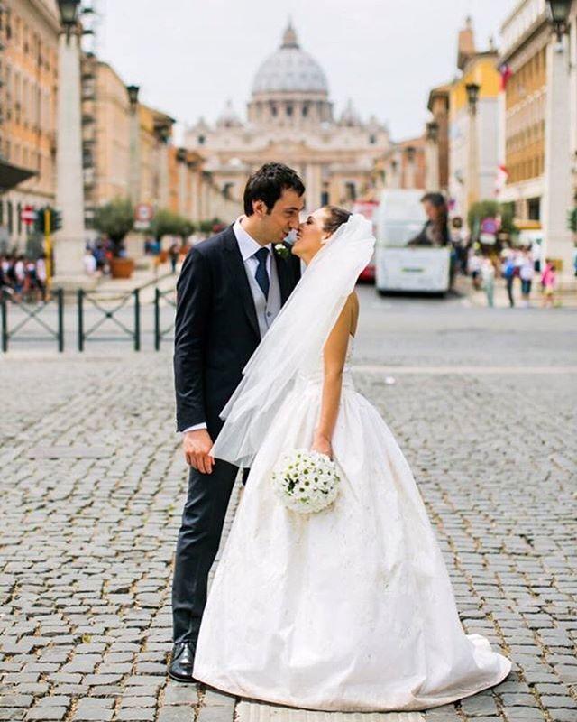 L'abito prende vita quando indossato dalla sposa giusta. 💃 Per noi è una soddisfazione infinita vedere brillare gli occhi della sposa, ogni volta che accade. 🥰 Buon lunedì !!! ✨💪🏼 . . #womanstyle #fashiongram #instawedding #weddingday #weddingideas #weddingphoto #weddingphotography #destinationwedding #weddingitaly #italy #outfitinspo #ootdfashion #girlboss #wedding #weddingdress #weddinggown #puresilk #weddinginspo #bride #bridal #bridalcouture #bridaldress  #love #abito #matrimonio #amore #abitosposa #madeinitaly #handmade