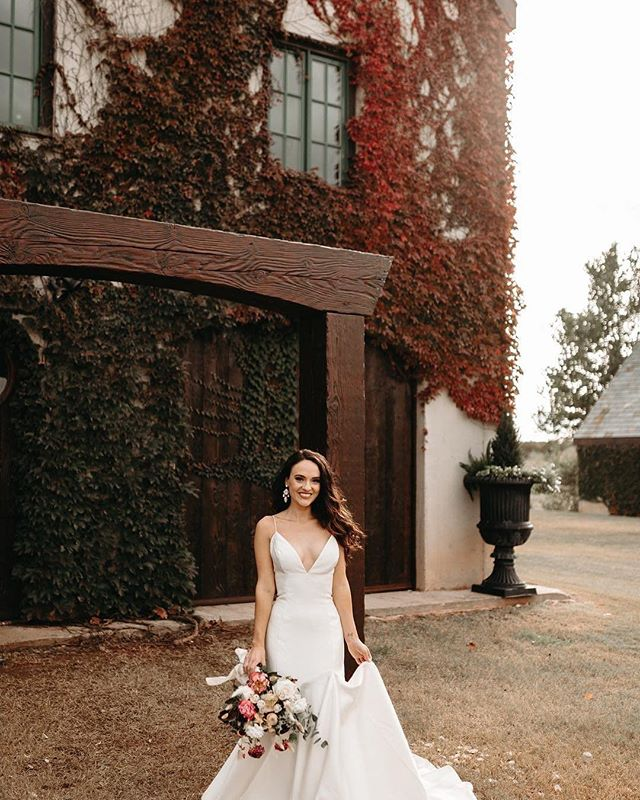 Lo stupendo abito Avery è appena arrivato! Vieni a vederlo a @romasposa.official  Ci incontriamo a partire dal 31 gennaio alla @lanuvola_roma 😘 . . Fresh but timeless in the Avery gown.  Photo by @livingrootsphoto | #wtooavery #beawattersgirl #winterwedding #weddinginspo #wtoobride #pink #florals #weddingflorals #instawedding #bride #ido #weddingphotography #girlboss
