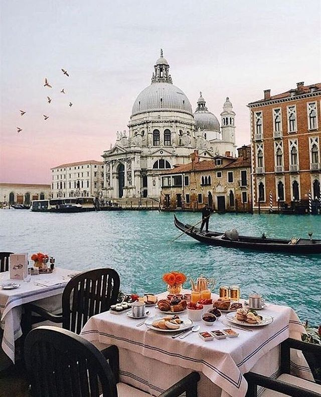 L'incantevole Venezia 😍👑✨ . . #womanstyle #fashiongram #instawedding #weddingday #weddingideas #weddingphoto #weddingphotography #destinationwedding #weddingitaly #italy #outfitinspo #ootdfashion #girlboss #wedding #weddingdress #weddinggown #puresilk #weddinginspo #bride #bridal #bridalcouture #bridaldress  #love #abito #matrimonio #amore #abitosposa #madeinitaly #handmade
