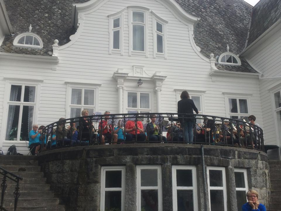 konsertn ved hovedhuset.jpg
