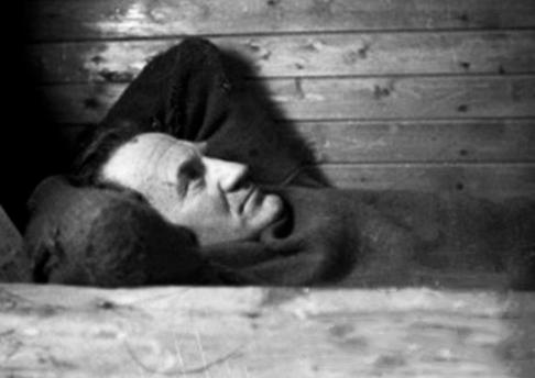Far som hviler i tømmerkoia. FOTO: Synøve Faldalen