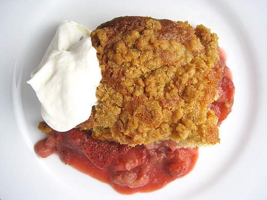 warm strawberry crumb cake