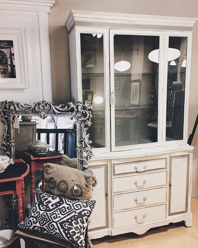 ▫️ lovely french style hutch in white & grey ▫️ #bohemestl #bohemeatelier #shoplocalstl #shopsmallstl #stlboutique #anniesloan #anniesloanchalkpaint #chalkpaint #whiteandgrey #frenchinteriors #frenchhome #bohoinspiration #eclectichome #eclecticdecor #bohodecor