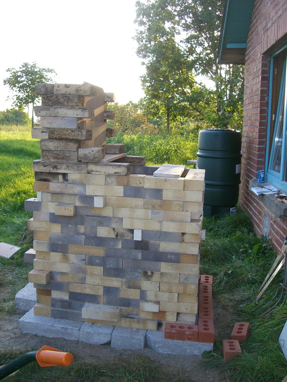 Vista de perfil sin la doble pared y sin la cubierta. Posteriormente, le subí la chimenea de unos tres o cuatro niveles de ladrillos.