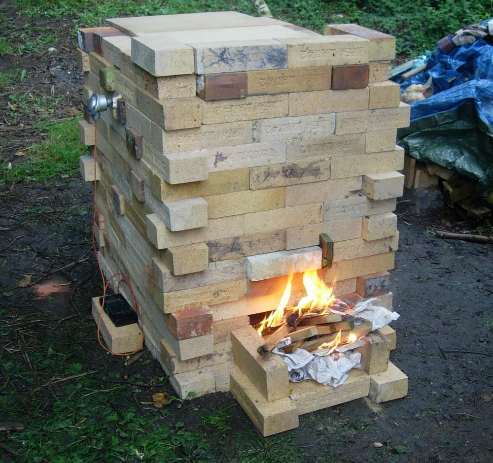 El inicio de la quema se hace fuera para que no suba la temperatura demasiado rápido...