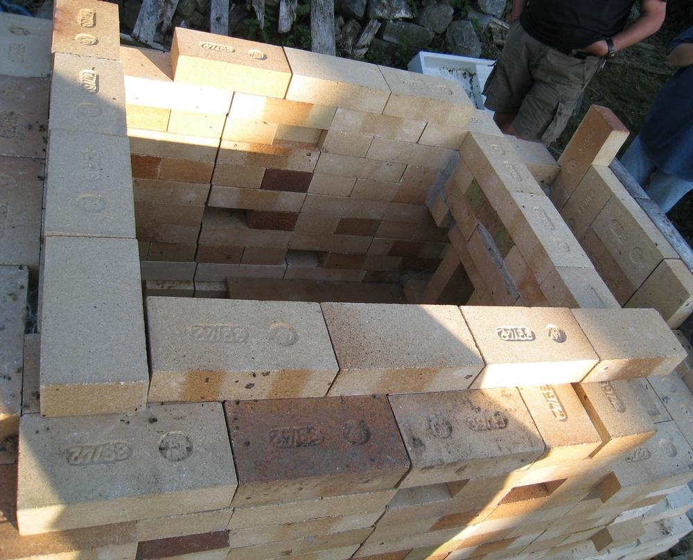 Este horno del mismo tipo que el que estoy describiendo se construyó con doble pared de ladrillos refractarios de alta temperatura.