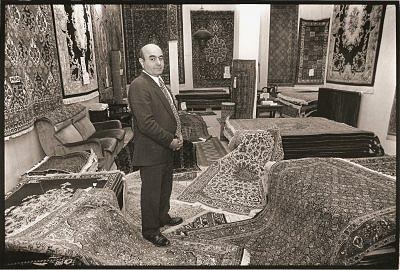 In 1967 opende Nasser Derakhshan zijn eerste zaak op de Boezemweg 138. De winkel begon in een souterrain en breidde uit naar de Marktveldstraat om de hoek. Een verbouwing maakte van deze twee locaties een groot hoekpand.