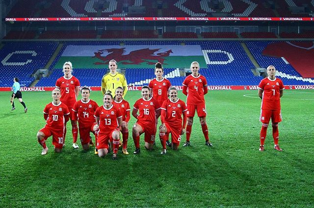 The Wales Women football team have taken bad team photos to the next level! #football #wales #internationalfootball #worldcup #womensfootball