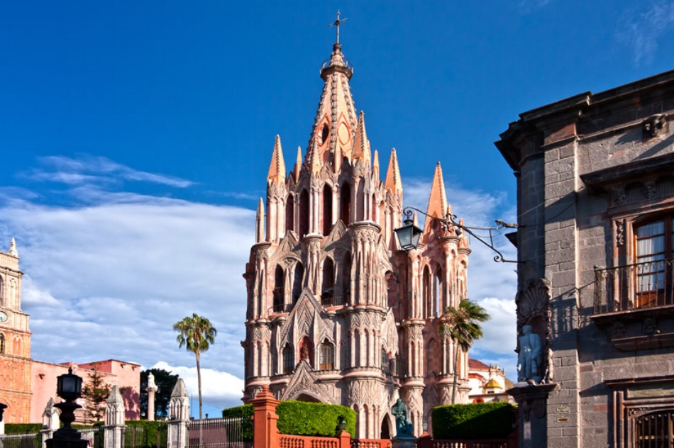 Parroquia de San Miguel Arcange, probably the most recognizable of San Miguel's churches, dates back to the 17th century.