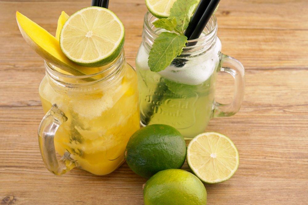 Hausgemachte Limonaden - grüner Apfel oder Heidelbeer oder hausgemachter Mango-Eistee