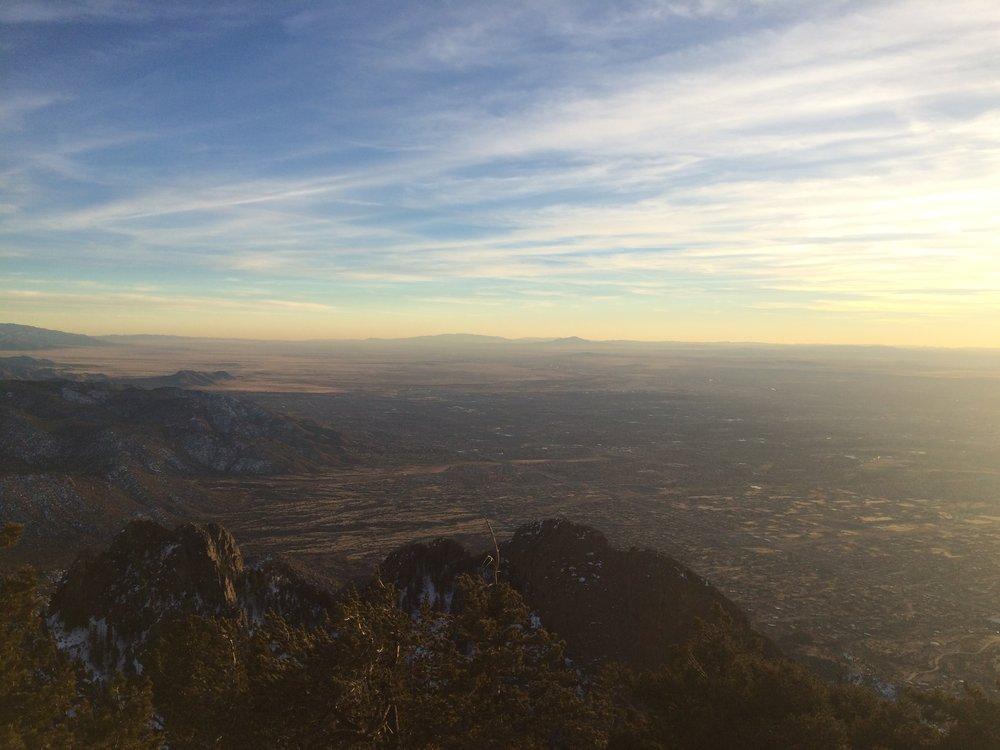 Albuquerque von oben: Vom Fuße der Sandias breitet sich die Stadt in die Wüste New Mexicos aus.