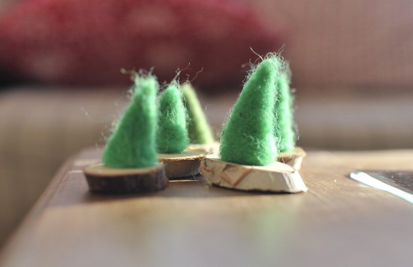 Un bosc d'avets de feltre per decorar el menjador