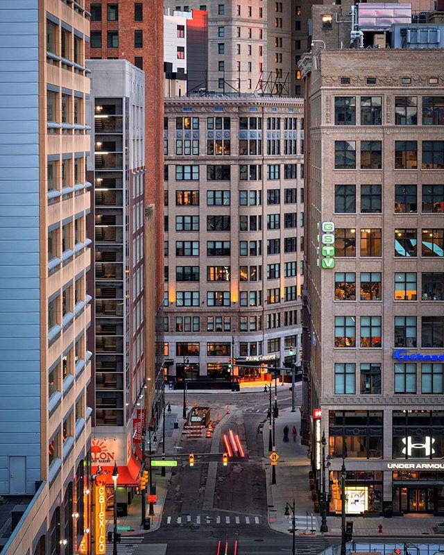 Capitol Park Lofts . . . . #detroit #motorcity #photo #motorcityshooters #michigan #architecture #historic #architecturelovers #cityscape #streetphotography #agameoftones #instadaily #picoftheday #instagood #pentax #citykillerz #city #citylife #loft #gramslayers #urbanphotography #illgrammers #urban #rawdetroit #puremichigan #sunset #photooftheday #lights