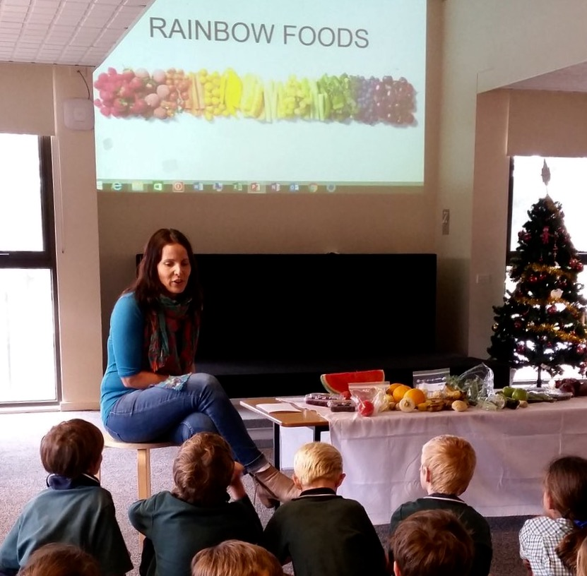Talking to Year 2 about the benefits of eating the rainbow. A cooking demo & tastings included kale chips, rainbow dips as well as a green juice & smoothies.