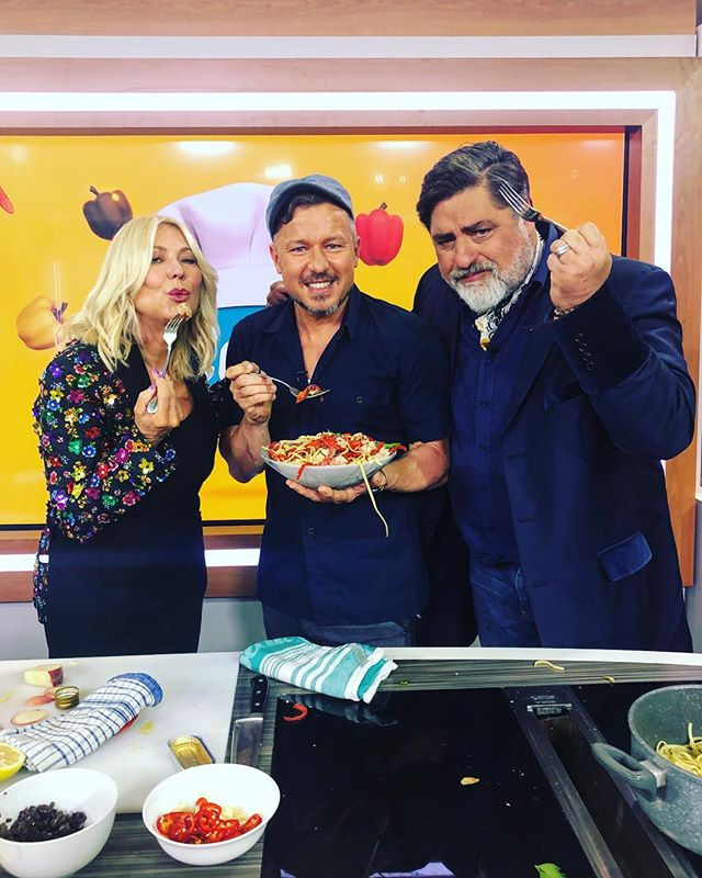 CJR ➕Studio 10 ° - @studio10au ; Ohhhh by the way you'll be cooking on screen with @kerriannekennerley @mattscravat ... so no pressure !! .... 🤦🏻‍♂️🥊 ° - So I added extra garlic, chilli and anchovies ! We are now good friends 🙌🏼💥🎥🎬 ° - #studio10 #chefjasonroberts #mattpreston #pasta #eeeeeats #feed #chef #masterchef #masterchefau