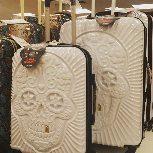 Wanna make a real statement?  This 2 piece luggage set is perfect for your next trip. #10fgc #smiles #manteca #drcajee #cultura
