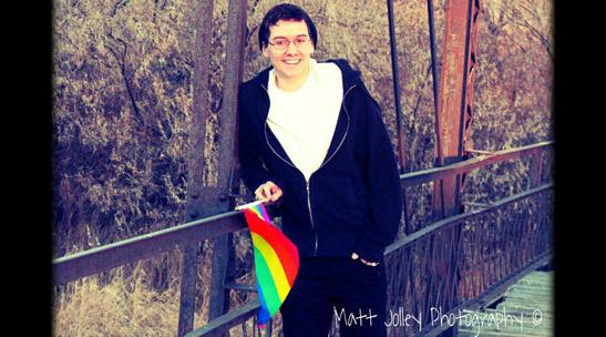 米国の高校、虹色の旗が入った個人写真の掲載を認める 米国のウォーランド高校に通うマットさんは、「あまりに政治的」だと言われ、記念アルバムの個人写真の掲載を拒否されました。 彼はゲイであることをカミングアウトしていて、虹色の小さな旗をもって写っていたからです。レインボー・フラグは性的少数者の象徴とされています。 マットさんは、この決定に納得できず、キャンペーンをはじめ、4411人の賛同を集めました。その結果、学校側は写真の掲載を認めました! http://www.change.org/petitions/washakie-county-schools-don-t-block-gay-students-from-our-school-yearbook マットさんは、キャンペーンの成功を深く喜んで涙すると同時に、賛同してくれた方に感謝の言葉を述べています。 また、不当な現状に挑戦して大丈夫だから、自信をもって強くあってほしいというメッセージを寄せています。
