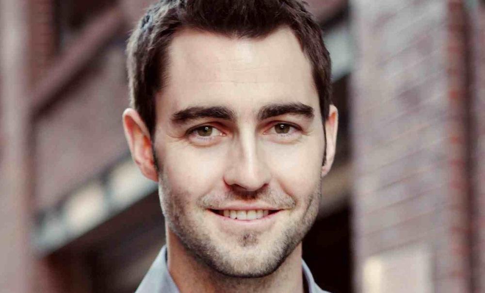 """Change.orgのCEOベン・ラトレイは、2007年にChange.orgを立ち上げました。 米国西部のカリフォルニアで生まれ、ほとんど政治には関心を持たずに育ちました。夢はウォール街で働いて大金を稼ぐことでした。 しかし、スタンフォード大学の卒業が近づいた大学4年生のとき転機が訪れます。5歳下の弟が荒れ、しばらくして同性愛者だと告白されたことで、自分を恥じたそうです。なぜなら、差別も擁護もしない無関心さに弟が一番傷ついていたことに気づいたからです。 「私もその一人だと思いました。そこから何週間か反省して悩みました。そして、弱者が堂々と声を上げるための手助けに人生を捧げようと誓ったのです」 その後、Facebookが登場。この力を使って少数者が声をあげる仕組みを作れないかと考え、Change.orgをはじめることにしました。 「""""声なき弱者""""がいない社会をつくりたいのです。誰もが声を上げ、何かを変えることができる世の中を」 しかし、最初からうまくいったわけではありません。創設当初、Change.orgには今よりたくさんの機能がついていて、複雑だったため、利用者も増えず、社会への影響も限定的でした。 それを見直すきっかけが2011年3月に訪れます。それは、南アフリカでの「レズビアンの矯正的レイプ」に対して起こされたキャンペーンでした。 南アフリカでは、レズビアンの女性が、「矯正」するためと称してレイプの被害に遭っていました。そして、一人のレズビアンの女性が Change.orgの「署名」の機能を使って「政府に矯正的レイプに対して何か発言してほしい」というキャンペーンを開始。たった2週間で世界中の 170カ国、17万人からの賛同が集まりました。 この署名は実際に政府に届けられ、政府 は矯正的レイプ撲滅のためのチームを発足させることを約束しました。 この成果に驚いたベン・ラトレイは、複雑だった機能を削ぎ落とし、「署名」機能だけに絞ることを決意。現在のChange.orgに辿り着きました。その後も、Change.orgでは、毎日のように成功事例が打ち出されています。 「ネット社会が現実に及ぼす力に疑問を持つ人はいるでしょう。しかし、数年に一度の選挙を待たずして、日々、何かを変えられるのです。Change.orgを通じて目指しているのは、皆を民主主義に巻き込むことです」 Change.org創設から5年が経った2012年、それまでアメリカだけにとどめていた活動を世界へと展開することにしました。196カ国にわたるユーザーは2500万人を超え、現在も一月に250万人ほどの勢いで増えつづけています。 しかし、ベン・ラトレイが目指すものは「売上」や「利益」ではありません。3人でシェアルームに住み、エコノミークラスで移動するベン・ラトレイはこう語ります。 「声なき弱者が歴史を変える。その手助けができるなら、大金は要りません」"""