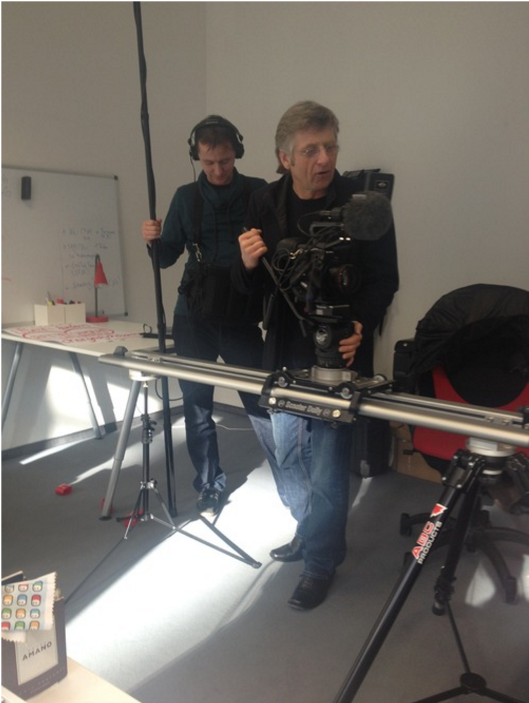 Das BR-Team justiert seine Kamera in unserem Büro