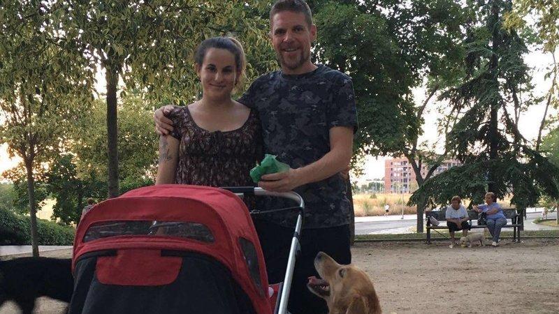 Ignacio y María pasean a lobo