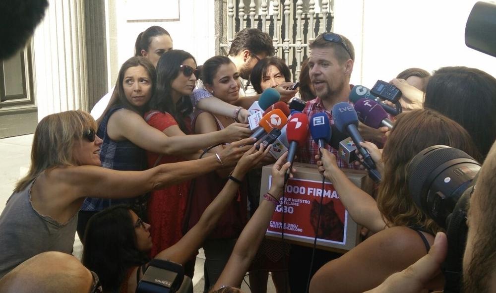 Ignacio durante la entrega de firmas