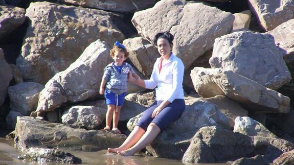 Nieves y su hija Paula. La pequeña falleció en 2014 por una leucemia.