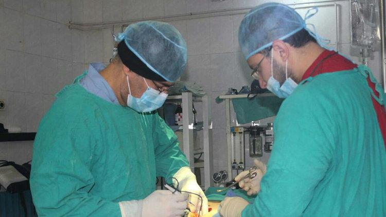 Le docteur Hamza Al Khatib opérant un blessé à Alep. (DR)