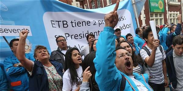 Ciudadanos protestando por la venta de ETB