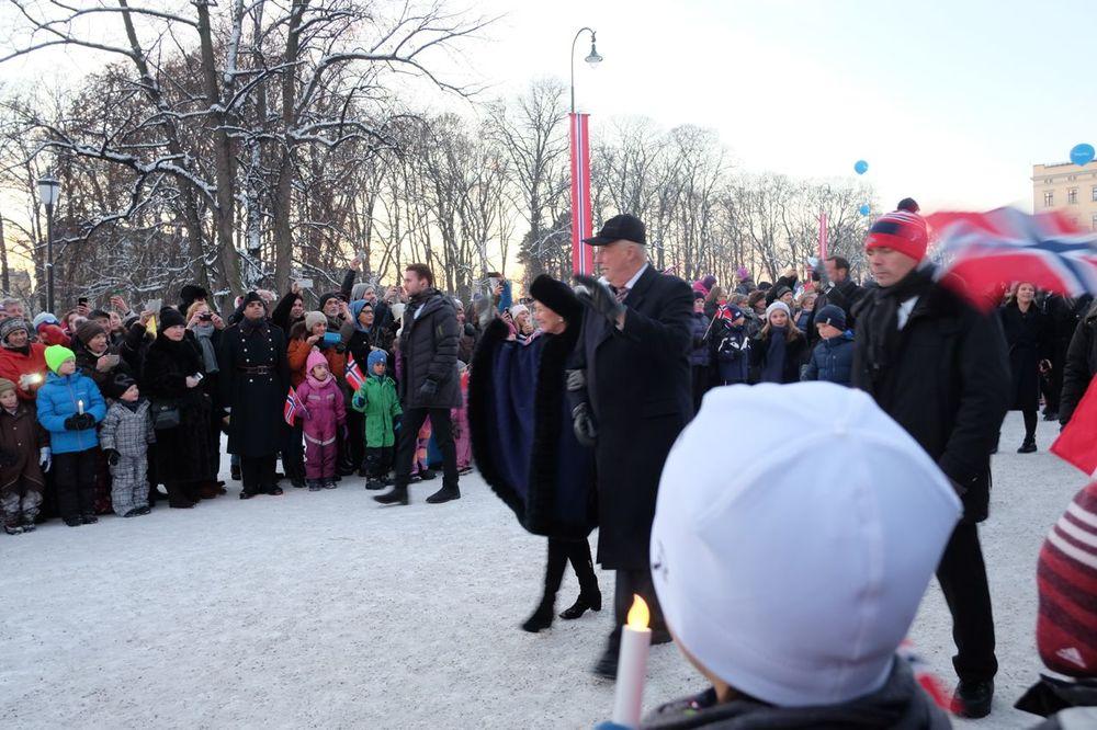王宮から記念コンサートの行われるオスロ大学アウラ講堂へ歩いていかれるノルウェー国王、女王
