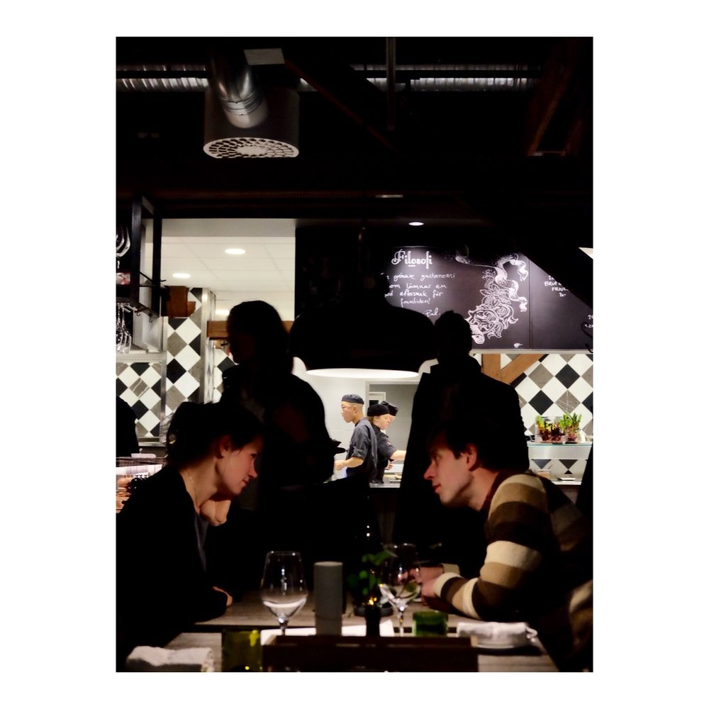 食事を楽しむローカルカップル