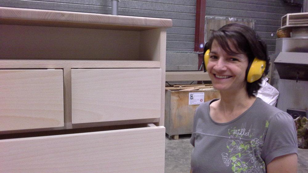 Agnes pose à coté de son meuble en latté Hêtre.jpg