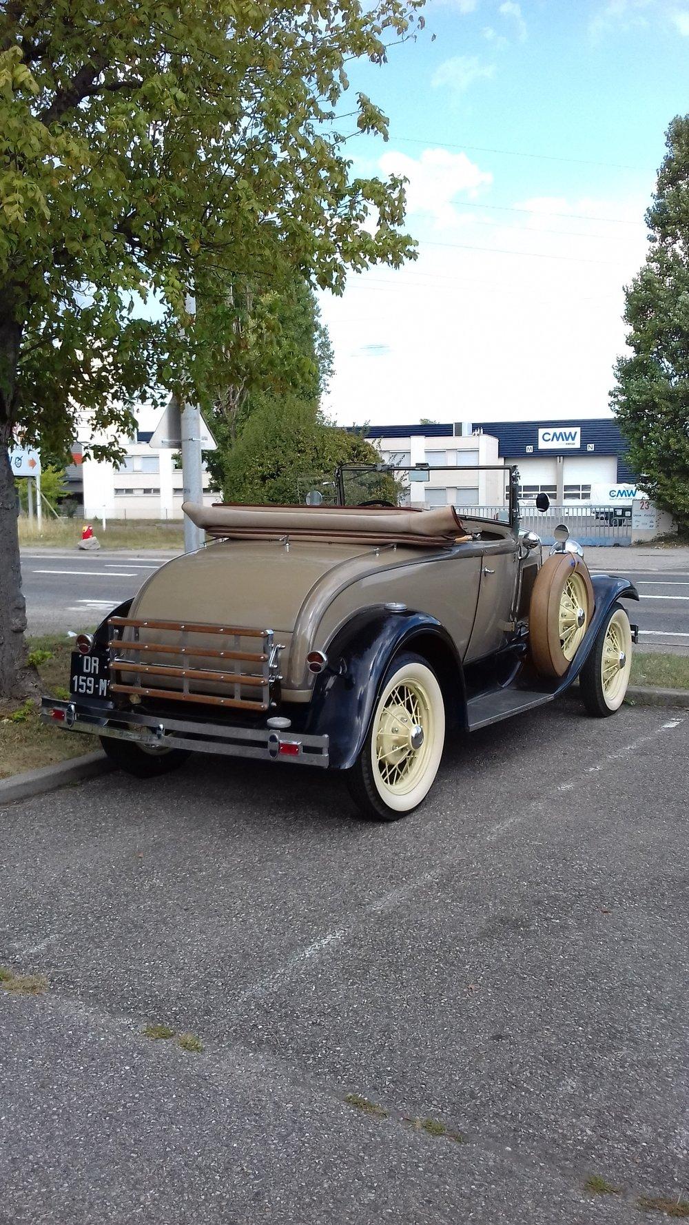 Voiture Ford ancien modèle